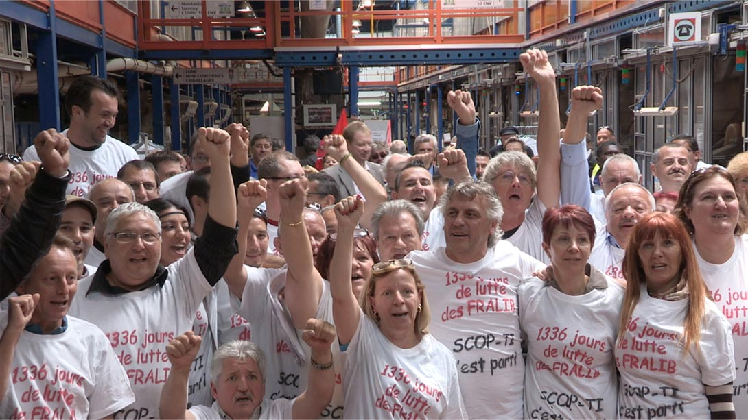 Streikende Arbeiter in der Teefabrik freuen sich über ihren Erfolg