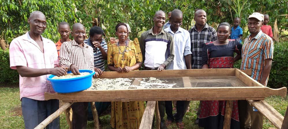 Die Familie von Namasaka Samba (ganz links) baut bio-fairen Kaffee am Mount Elgon in Uganda an.