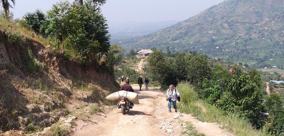 """Transport von der """"Kinone Micro Washing Station"""" ins Tal; Dort wird bio-fairer, gewaschener Arabica-Kaffee verarbeitet. Westuganda, Ruwenzori-Gebirge, Grenze zum Kongo"""