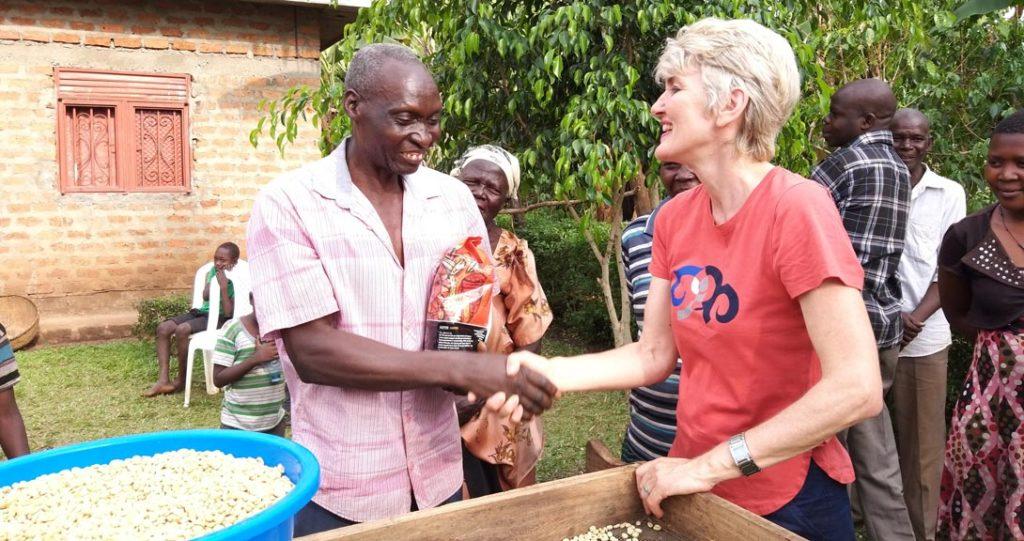 Der Kaffeebauer Namasaka Samba aus Uganda mit Andrea Schlehuber, Geschäftsführerin der EZA Fairer Handel GmbH